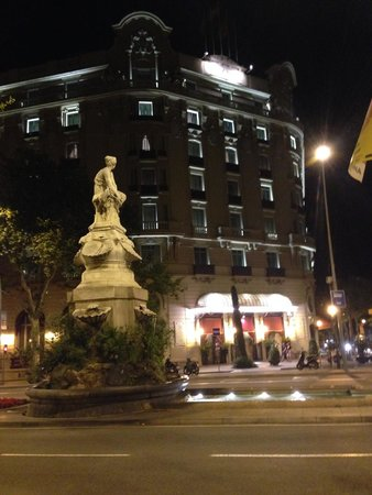El Palace Hotel: The outside night view
