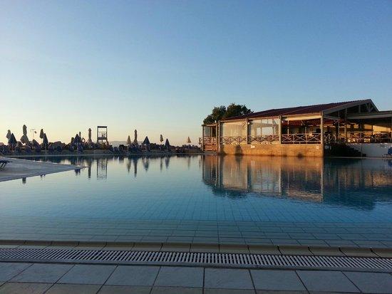 Arina Beach Hotel: Swimming poool