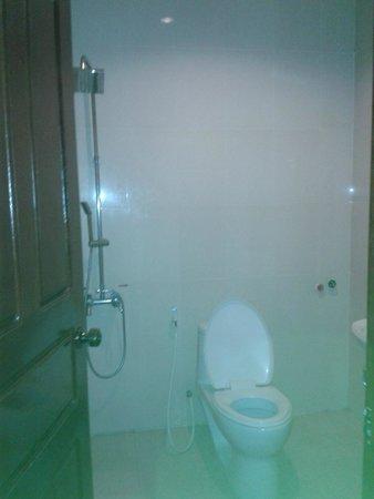 G Eleven Hotel: Big bathroom but very simple