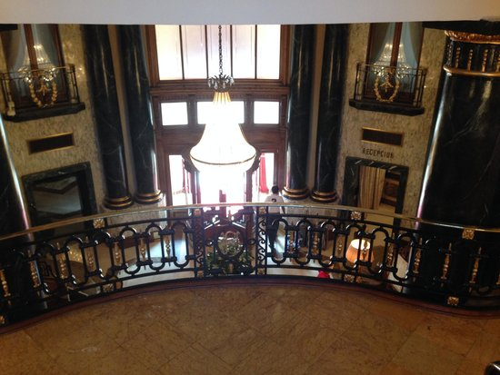El Palace Hotel : The mansion's staircase over looking the lobby entrance