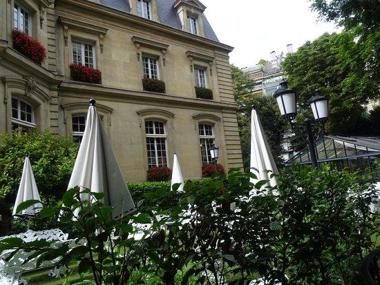 Saint James Paris - Relais et Châteaux: back garden