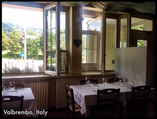 Il Villino d Erica: Interno del ristorante fotografato nell'orario di pranzo. Stile francese curato senza risultare