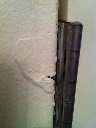 Rae's on Wategos: Cracked plaster