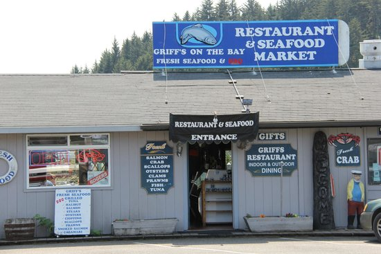 Griff's on the Bay Restaurant & Seafood Market: The entry to the restautant is like many hole in the wall joints