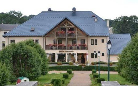 Aranc, Francja: Vista dell'albergo dal piazzale della chiesa.