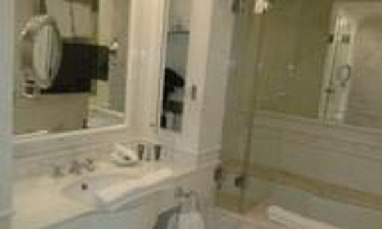 Badezimmer mit TV im Spiegel - Bild von Falkensteiner ...