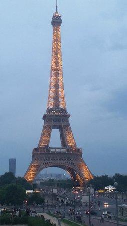 Hotel de Londres Eiffel: Evening strolling