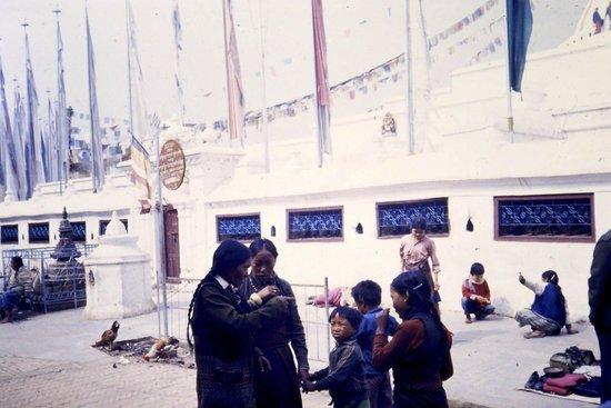 Stûpa de Bodnath : Donne Tibetane diapo 1985