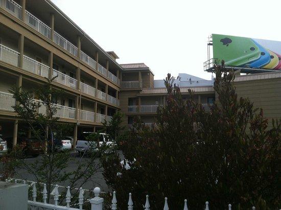 Francisco Bay Inn: Parking Area / Balconies