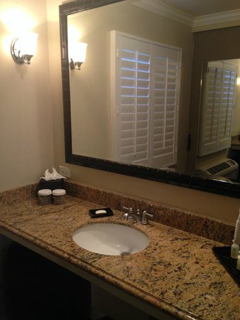 Hadsten House: Sink & Large Mirror