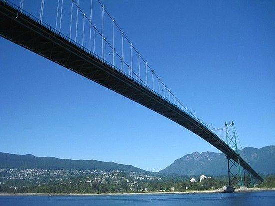 Vancouver Seawall : Lion's Gate Bridge