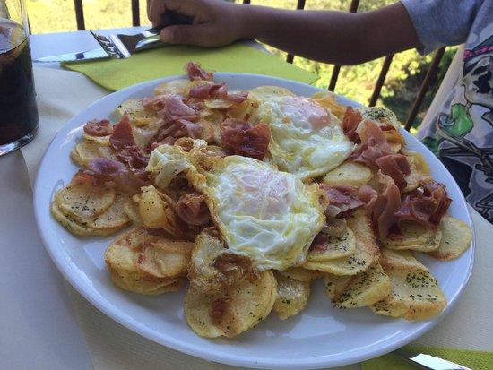 PANADERIA- CAFETERIA-RESTAURANTE L'ARTICA DE ALQUEZAR: Huevos rotos con jamón
