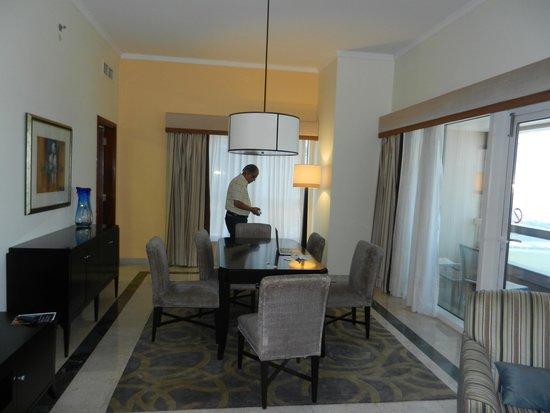 Dubai Marriott Harbour Hotel & Suites : Spacious suite