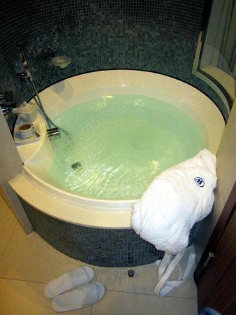 Hilton Malta: Bathtub in my room!