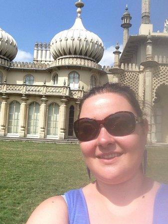 Royal Pavilion: Me outside the pavilion :)