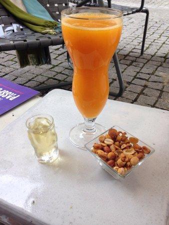 Hotel Ciutat de Girona: le muscat offert, et un jus d orange frais enorme pour 4€.... apres une bonne journee de marche