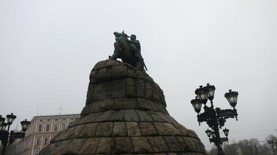 Premier Hotel Rus: Памятник Богдану Хмельницкому