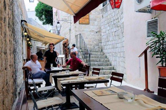 Pizzeria & Spaghetteria Storia: Storia outside tables