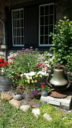 Chik-Wauk Museum and Nature Center : Entrance flowers