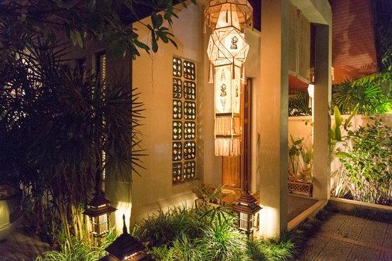 Baan Klang Wiang: Hotel entrance in evening