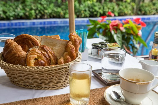 Baan Klang Wiang: Breakfast by the pool
