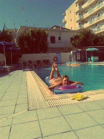 Europa Hotel Rooms and Studios : бассейн...