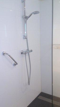 Van der Valk Hotel Drachten: Comfortable walk-in shower