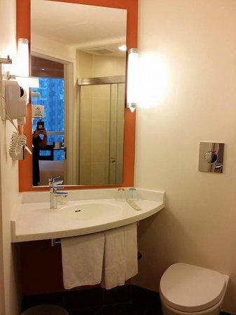 Ibis Hong Kong Central & Sheung Wan Hotel: HOTEL BATHROOM