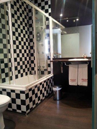 Petit Palace Plaza de la Reina: Cuarto de baño de buen tamaño