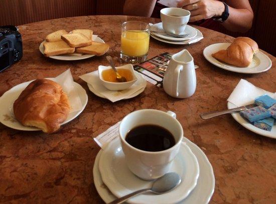 Caffe Poliziano: Das 8 Euro Frühstück. Tip an der Theke kaufen ist viel günstiger