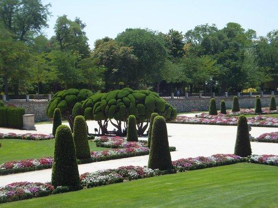 Retiro Park (Parque del Retiro): Parterre Gardens at Puerta de Felipe IV - French style garden