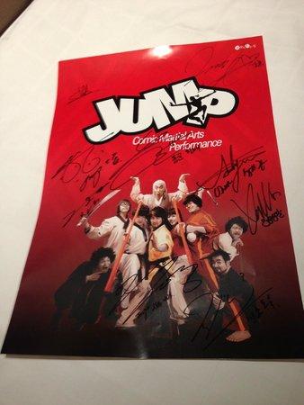 Jump! Comic Martial Arts Performance: ポスターにサインをしてくれます。