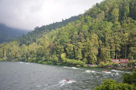 Sarangan Lake: telaga sarangan