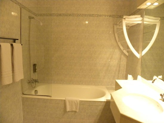 Hotel Spa Beausejour: the bathroom