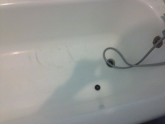 Chellah Hotel Tangier : Tage de saleté dans la baignoire