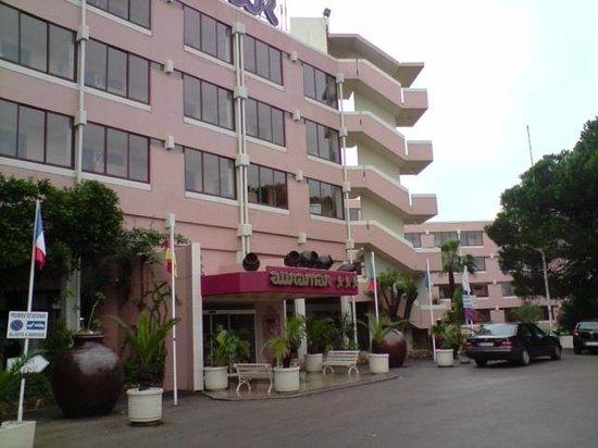 Auramar Beach Resort: Front of hotel