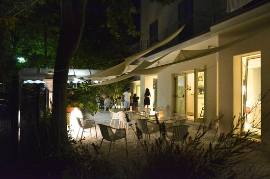 La sera con lilluminazione esterna picture of petit hotel lido