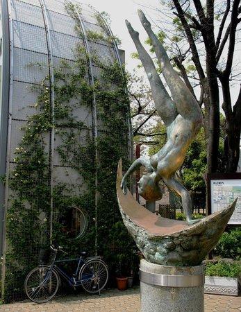 Arakawa Yuen: Скульптура у входа