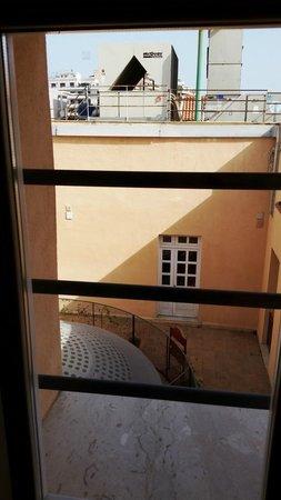 Mercure Palermo Excelsior City : вид из окна улучшенного номера на верхнем этаже, шумно ночью