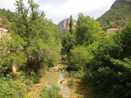 Real Balneario Solan de Cabras: Río Cuervo atraviesa instalaciones
