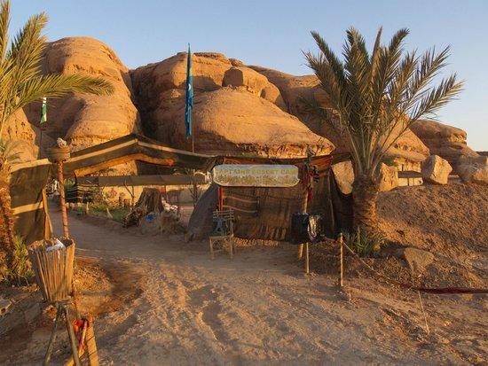 Captain's Desert Camp: Ingresso del campo dal parcheggio auto