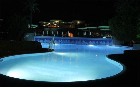 Gloria Verde Resort: Pool at night