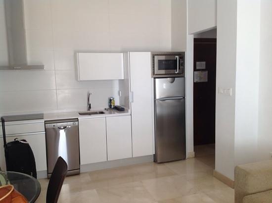 Habitat Suites Gran Via: cucina in ampio salotto