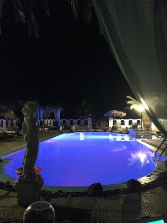 Pension Livadaros: Relaxing pool area by night