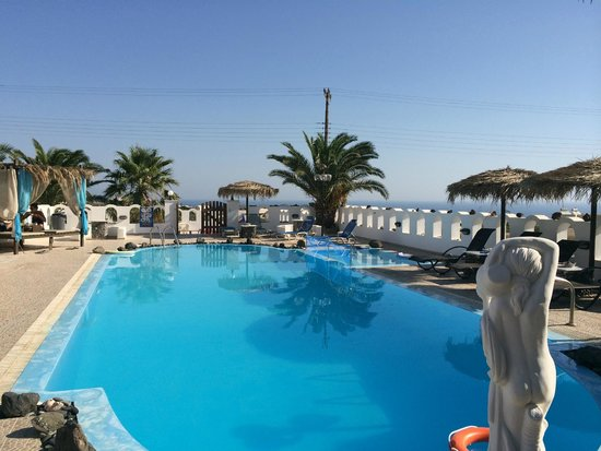 Pension Livadaros: Luxurious pool by day