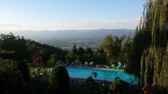 Villa Campestri Olive Oil Resort : Uitzicht op zwembad en vallei