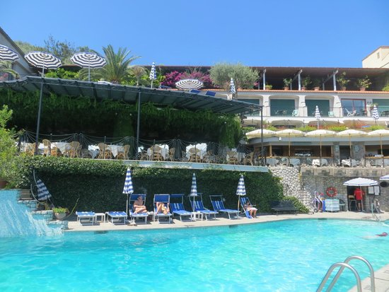 Grand Hotel Capodimonte: Pool-side restaurant.