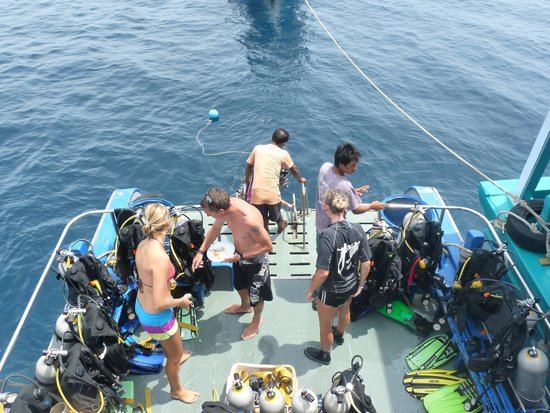 Sail Rock Divers Resort: Busy on the wet deck