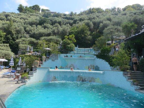 Grand Hotel Capodimonte: Pool cascade.