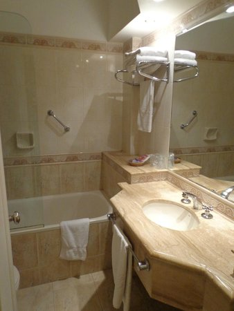 Ermitage Hotel: spacious bathroom